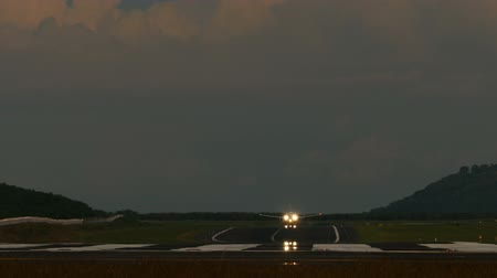 přistání : Jet airplane touch down the runway in dusk, International Phuket Airport, Thailand