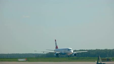 авиация : MOSCOW, RUSSIAN FEDERATION - MAY 26, 2015: Austrian Airbus 320 taxiing on the runway before take-off. Oficial spotting in Domodedovo airport DME on May 26, Moscow, Russian Federation Стоковые видеозаписи