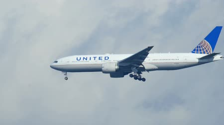 united : Final approach before landing Stock Footage