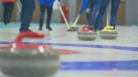 winter sport : Curling stenen op ijs Stockvideo