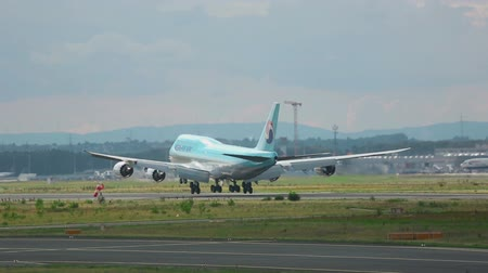 british aerospace : Korean Air Boeing 747 landing