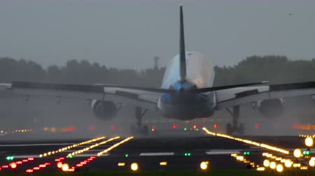 подход : Airplane landing at the early morning
