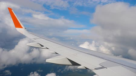 aeroespaço : Wing of airplane on sky and cloud on moving Vídeos