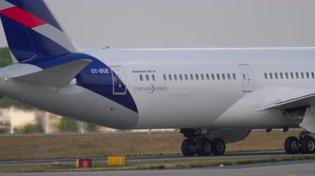 havaalanı : Dreamliner taxiing after landing Stok Video