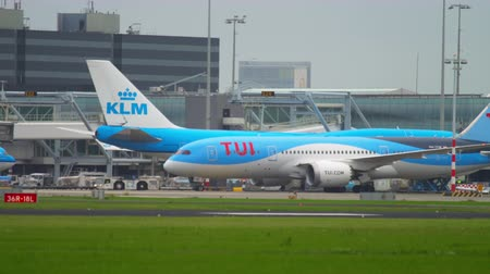 tow : TUI Fly Dreamliner towing to service