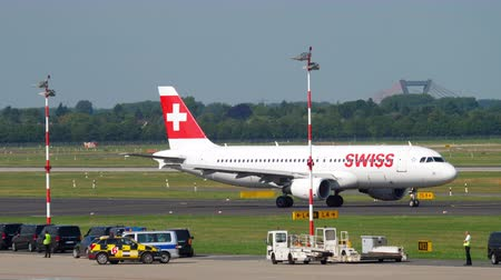 аэробус : SWISS International Airlines Airbus A320 before departure Стоковые видеозаписи