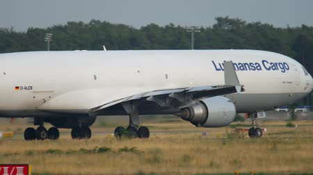 md : Lufthansa Cargo MD-11 taxiing