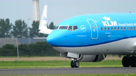 ams : KLM Boeing 737 braking after landing