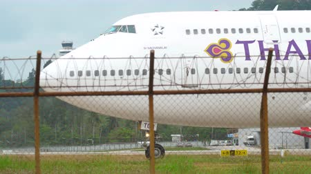 přistání : Thai Airways Jumbo turn runway