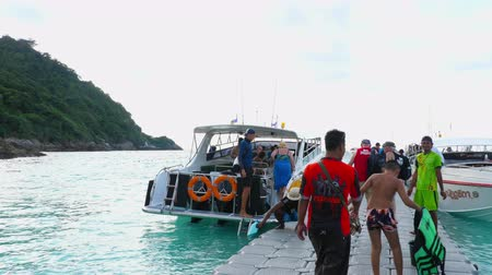 Пхукет : Tourists departure from Raya Island