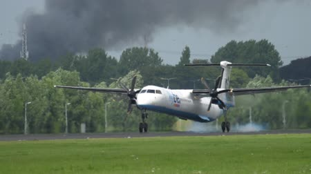 gêmeo : Turboprop airplane landing