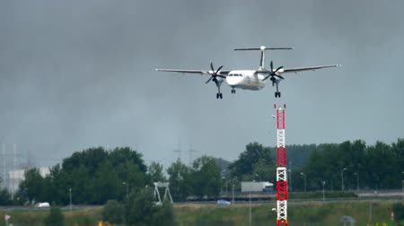 аэробус : Turboprop airplane landing