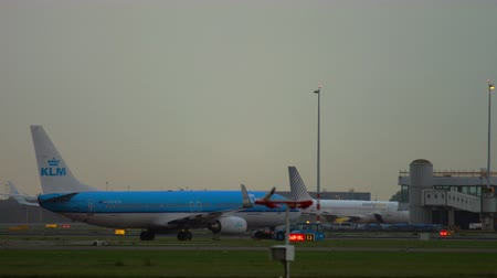 ams : Boeing 737 KLM towing