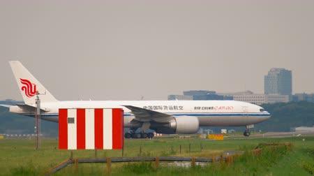 kolejka : Airfreighter taxiing after landing