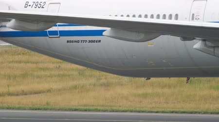fraport : Boeing 777 towing from service