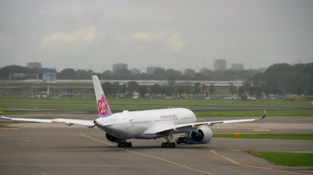 ams : China Airlines Airbus A350 tow