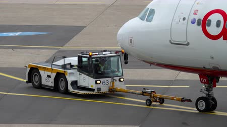 szél : Airberlin Airbus A320 towing Stock mozgókép