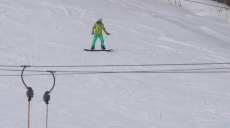 masker : Snowboarden in het winterresort Stockvideo