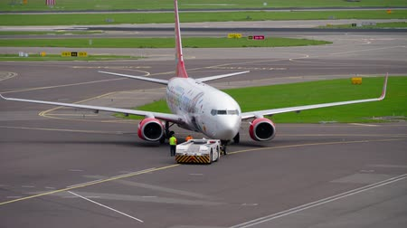 remorquage : Corendon Dutch Airlines Boeing 737 remorquage