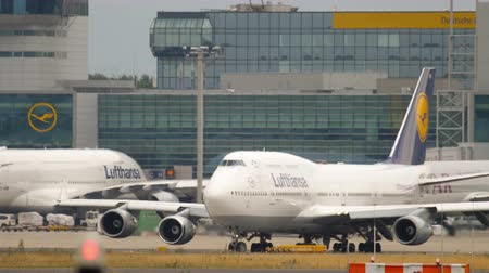 lufthansa : Boeing 747 turn to start before departure Stock Footage