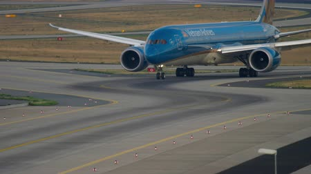 fraport : Boeing 787 taxiing after landing