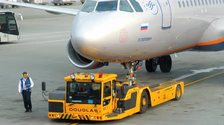 tow : Airplane towing before departure