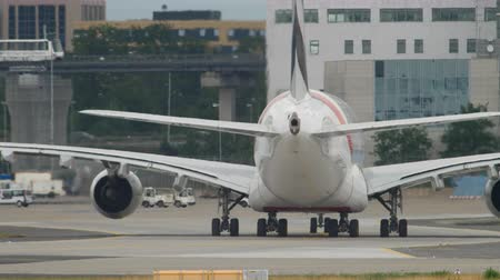 fraport : Emirates Airbus 380 taxiing