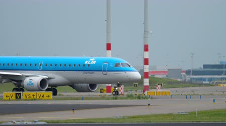 гражданский : KLM Cityhopper Embraer 190 taxiing