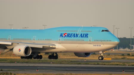 aeroespaço : Korean Air Boeing 747 taxiing