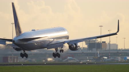 гражданский : United Airlines Boeing 767 landing