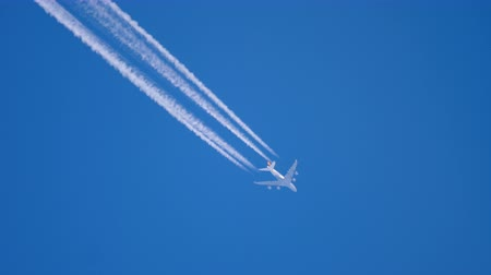 kondenzace : Airliner flying high