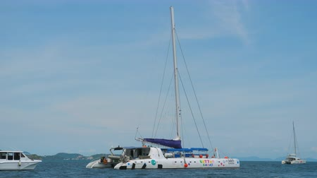 zeilboot : Catamarans, jachten en speedboten in overzees Andaman Stockvideo