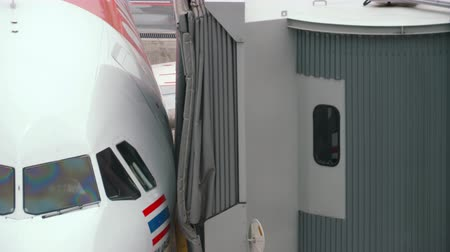 rukojeť : Airplane taxiing ends, connect jetbridge