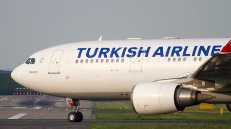 kalkış : Airplane turn runway before departure