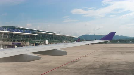 wachtrij : Internationale terminal in Phuket Airport Stockvideo
