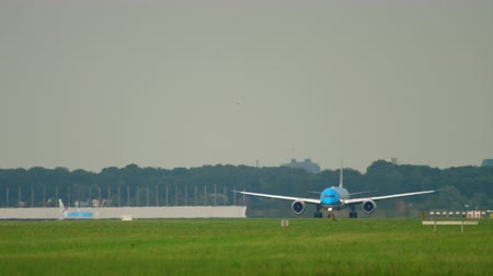 ускорять : KLM Boeing 787 accelerate before departure
