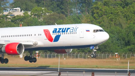 mouches : Azur Air Boeing 767 à l'atterrissage