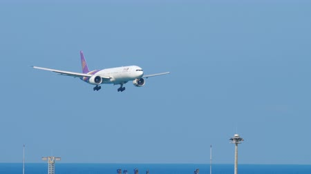 プーケット : Boeing 777 approaching over ocean 動画素材