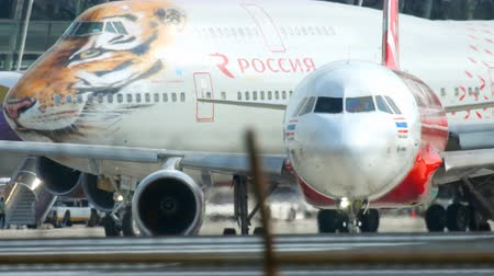 аэробус : Airplane taxiing to start before departure