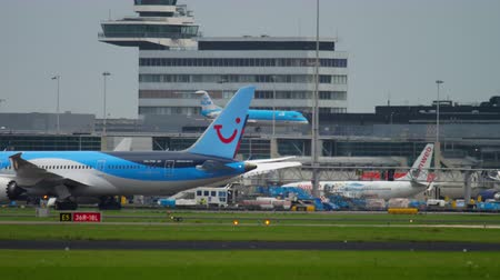 끄다 : TUI Fly Dreamliner 견인