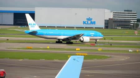 holandês : KLM Boeing 777 turn runway before departure