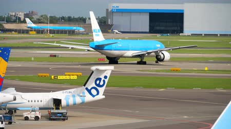 네덜란드어 : KLM Boeing 777 turn runway before departure