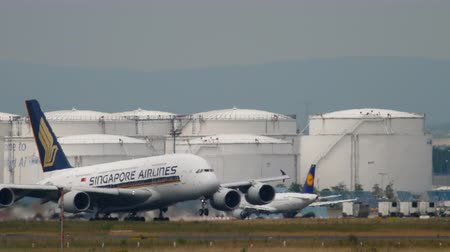 аэробус : Airbus 380 Singapore Airlines take-off Стоковые видеозаписи