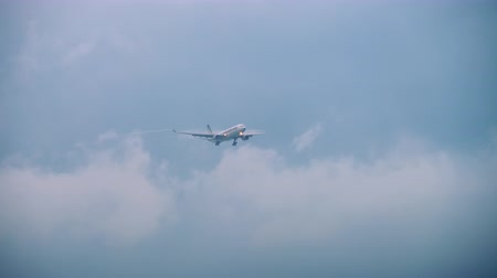 шлейф : Airbus A330 Singapore Airlines approaching Стоковые видеозаписи