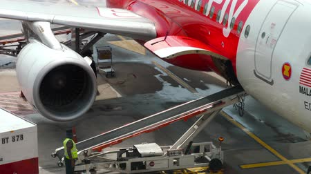 hava otobüsü : Uploading luggage onboard the aircraft