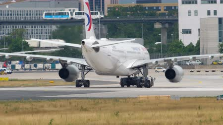 remorquage : China Eastern Airbus A330 remorquage