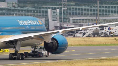 посадка : Boeing 787 towing from service