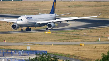 aanpak : Lufthansa Airbus A330 taxiing
