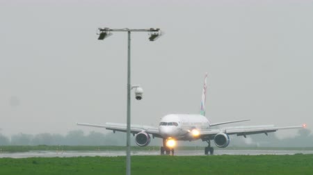vasárnap : Airplane taxiing after landing at rainy weather
