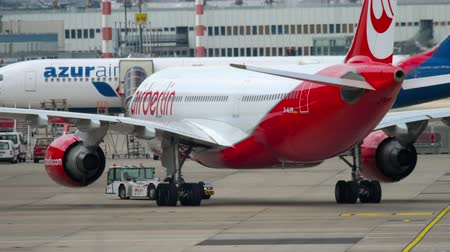 dusseldorf : Airplane Airbus A330 towing Stock Footage